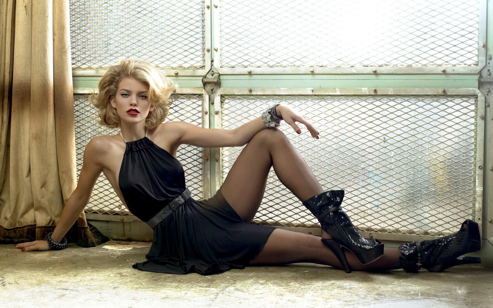 Роковые блондинки смотреть онлайн 11 фотография